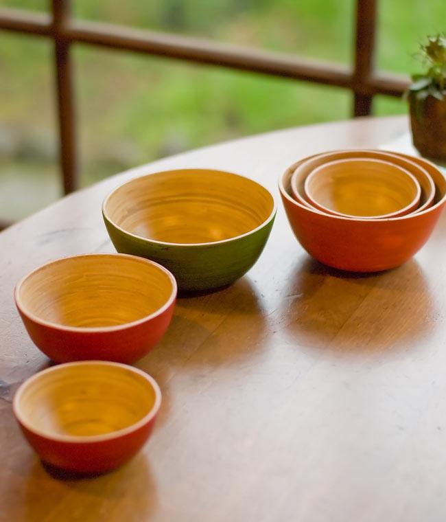 ベトナムの竹食器 - お椀 橙(直径12cm程度) 5 - 手前から豆皿・小鉢・お椀のそれぞれのサイズを並べてみました。また、3つのサイズを重ねて収納することもできます。