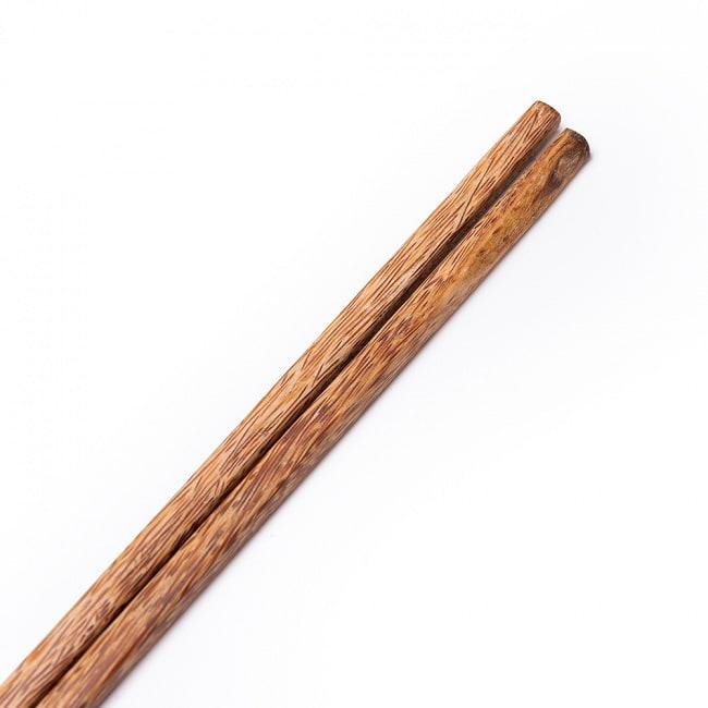 ベトナムのココナッツ菜箸 4 - 竹製の菜箸とは質感が違うのがお分かりいただけますでしょうか。