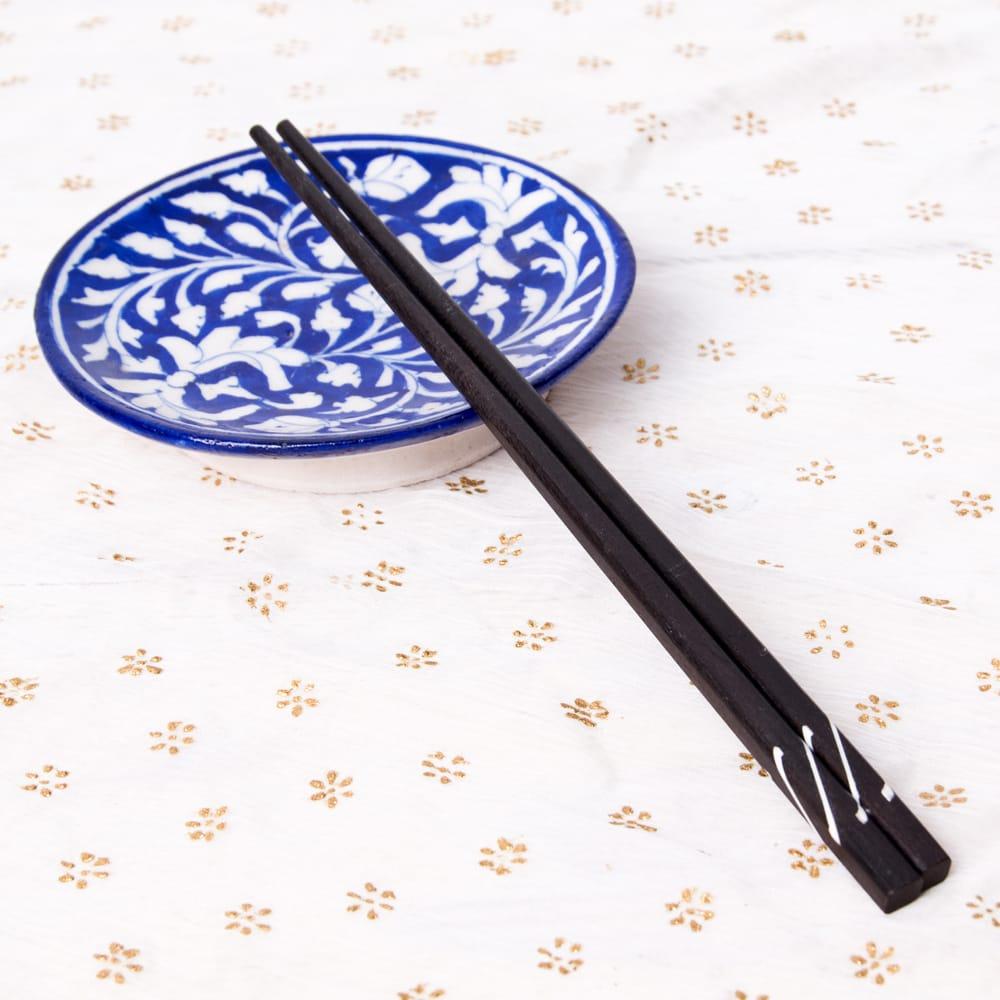 アジアの箸[白蝶貝] 5 - ブルーポッタリーの小皿と一緒に