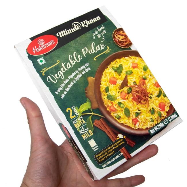 【Haldiram's VEGETABLE PULAO 200g】インドの炊き込みごはん ベジタブル プラオ 4 - サイズ比較のために手に持ってみました