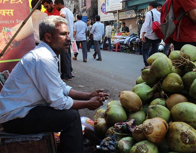 ココナッツジュース - YOUNG COCONUT JUICE WITH PULP[350ml] 5 - インドではこのようにして売っています