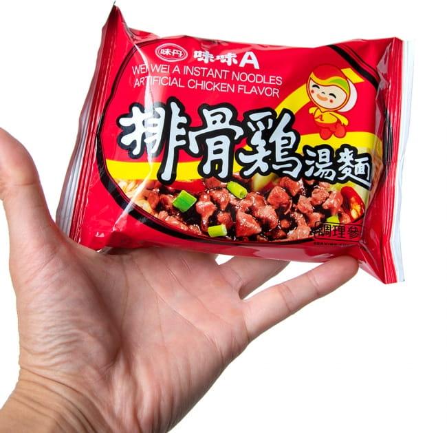 味味A 台湾ラーメン 排骨鶏(チキン)味 82g 4 - サイズ比較のために手に持ってみました