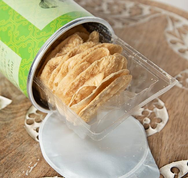パパダム(レンズ豆)チップス 〜サワークリーム&オニオン〜 6 - 手に持ってみました。ポテトチップスと同じサイズ感です