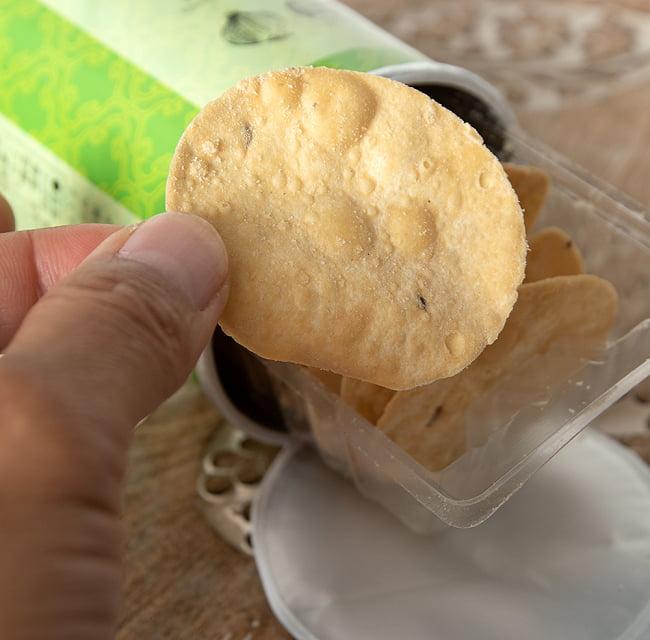 パパダム(レンズ豆)チップス 〜サワークリーム&オニオン〜 7 - 手に持ってみました。ポテトチップスと同じサイズ感です