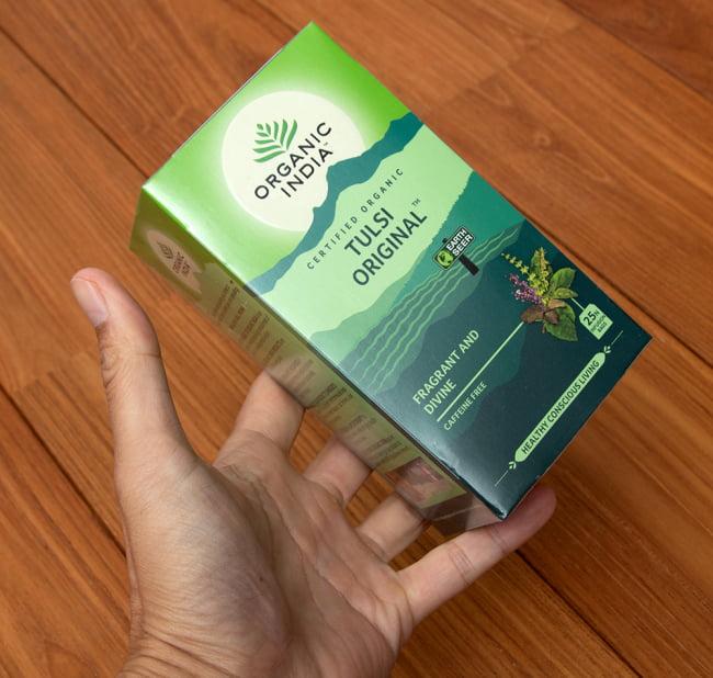 有機トゥルシーティ Tulsi Original  (25包) 【Organic India】 5 - サイズ比較のために手に持ってみました