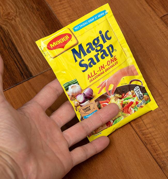 Magic Sarap - マジックサラップ オールインワン調味料 グラニュール  【Maggi】 5 - サイズ比較のために手に持ってみました
