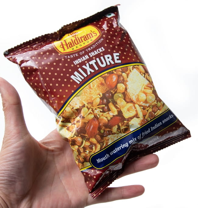 インドのお菓子 インド スナック ミックス - INDIAN SNACKS MIXTURE 4 - サイズ比較のために手に持ってみました