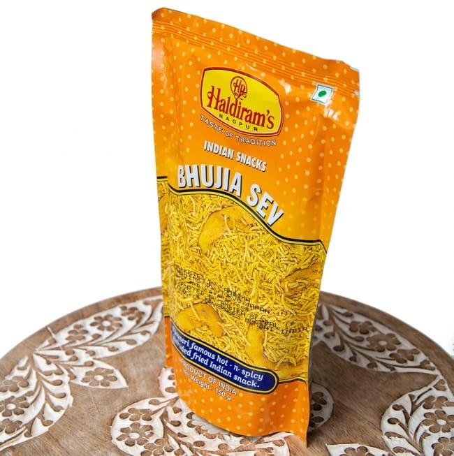 インドのお菓子 ひよこ豆粉で作ったヌードルスナック - ブジア セヴ - Bhujia Sev 2 - 斜めから撮影しました
