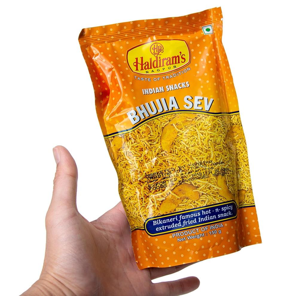 インドのお菓子 ひよこ豆粉で作ったヌードルスナック - ブジア セヴ - Bhujia Sev 5 - サイズ比較のために手に持ってみました