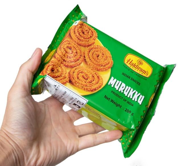 インドのスパイシークッキー ムルク - Murukku  3 - サイズ比較のために、手に持ってみました。