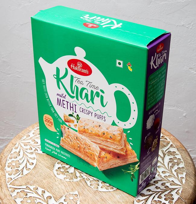 フェネグリーク味 カリー パイ(200g) - Tea Time Khari mild METHI CRISPY PUFFS - チャイと一緒に食べるスパイス味のパイ 2 - パッケージを斜めから撮影しました