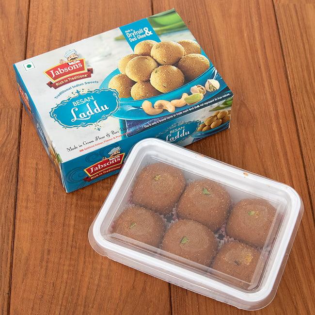 インドのお団子スイーツ - Besan Laddu 【Jabsons】 4 - パッケージを開けてみました。中には6個入っています。