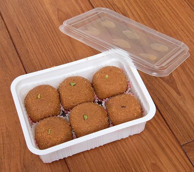 インドのお団子スイーツ - Besan Laddu 【Jabsons】 5 - 箱を開けてみたところです