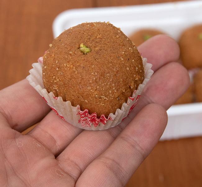 インドのお団子スイーツ - Besan Laddu 【Jabsons】 6 - サイズ比較のために手に持ってみました