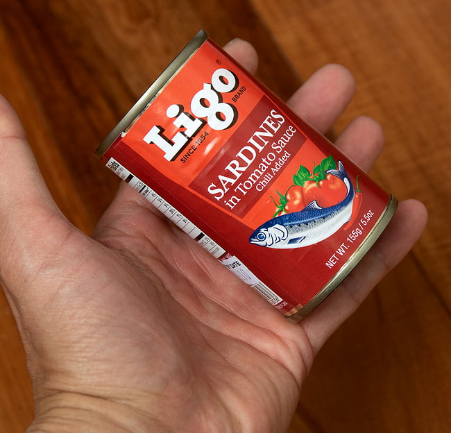 サーディン - いわしのトマト煮 チリ味 - SARDINES in Tomato Souce Chilli Added[155g] 4 - サイズ比較のために手と一緒に撮影しました