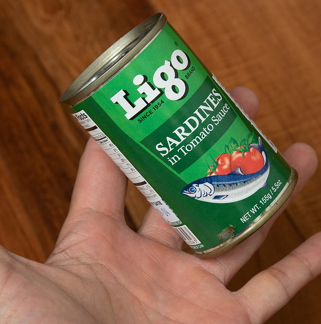 サーディン - いわしのトマト煮 - SARDINES in Tomato Souce[155g] 4 - サイズ比較のために手と一緒に撮影しました