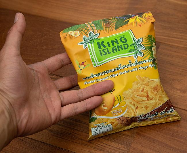ココナッツチップス - マンゴー味 40g 【KING ISLAND】 3 - 手に持ってみました。後引き注意なので、このぐらいの大きさのほうがいいのかと思います。