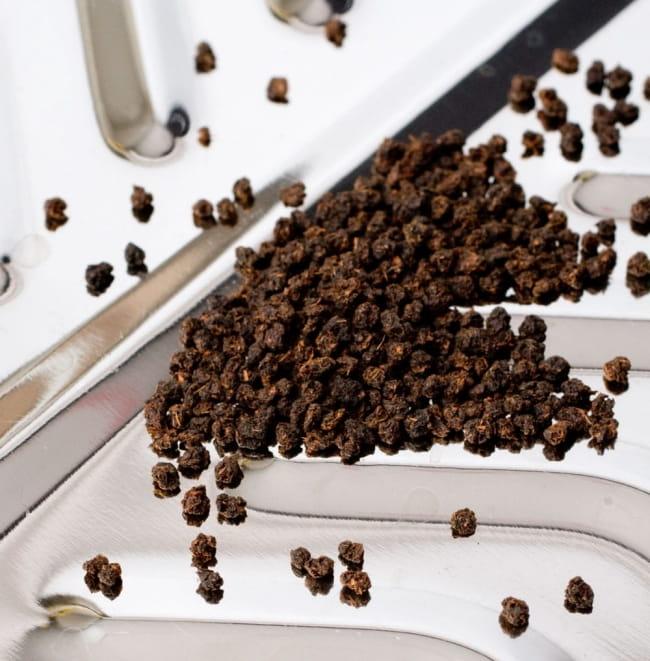 粒が大きめのチャイ用紅茶 - CTC アッサムティー(袋入り) 【500g】 【RAJ】 4 - CTC紅茶葉をアップにして撮影しました。こちらは通常のCTC茶葉で、本品は多少粒が大きくなります