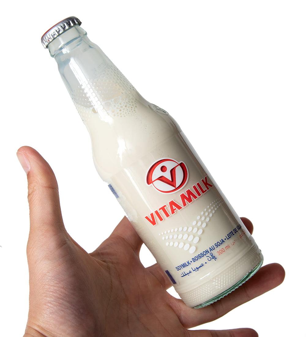 豆乳 VITAMILK (バイタミルク) 瓶入り[300ml] 2 - 大きさが判るように手に持ってみました