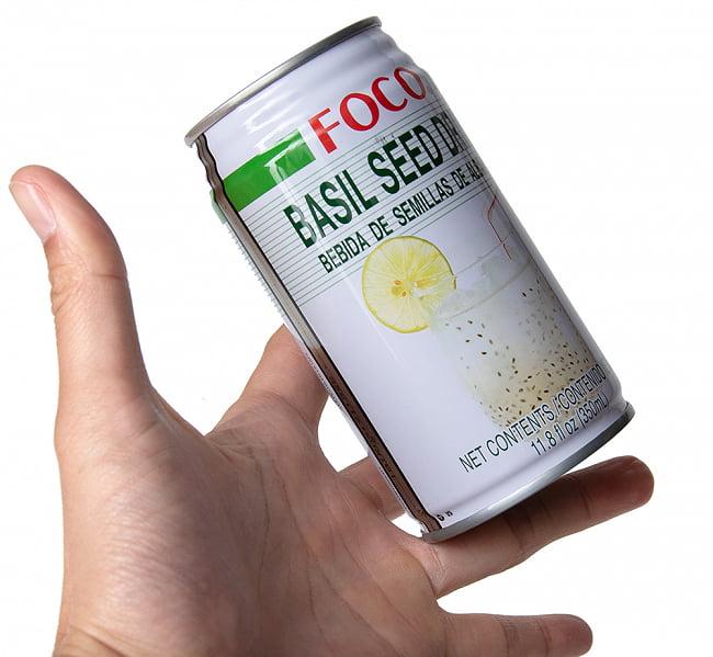 バジルシード ドリンク - BASIL SEED DRINK[350ml](FOCO) 2 - サイズ比較のために手に持ってみました