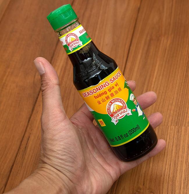 シーズニングソース  - 金山鮮醤油精[200ml][Golden Mountain] 5 - 大きさが判るように手に持ってみました