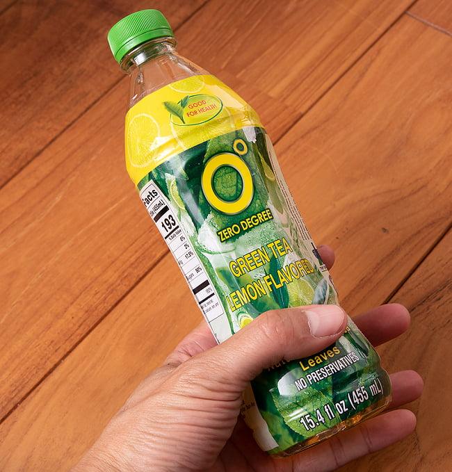 コンドー レモングリーンティ[KHÔNG ĐỘ ] 5 - サイズ比較のために手に持ってみました