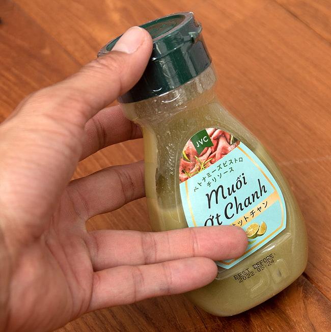 青唐辛子のチリソース - モイオットチャン 200g 5 - 大きさが判るように手に持ってみました。