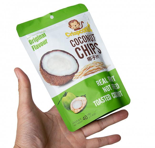 ココナッツチップス  - COCONUTS CHIPS 40g 4 - サイズ比較のために手に持ってみました