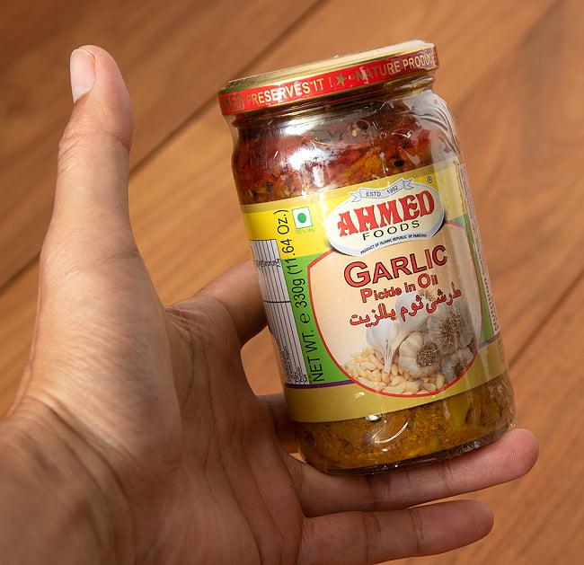 ガーリックピクルス - にんにくのアチャール 【AHMED】 5 - サイズ比較のために手に持ってみました