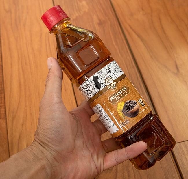 マスタード オイル - Mustard Oil 455ml 4 - サイズ比較のために手に持ってみました