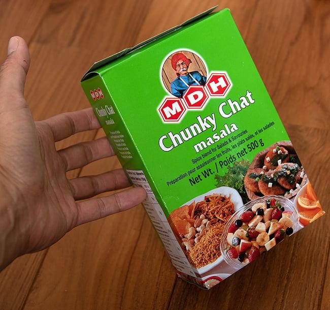 チュンキー チャット マサラ  スパイス ミックス - Chunky Chat Masala - 500g 大サイズ 【MDH】 3 - 手に持ってみました。お好みでサラダや果物に振りかけてください。もちろんカレーにもどうぞ。