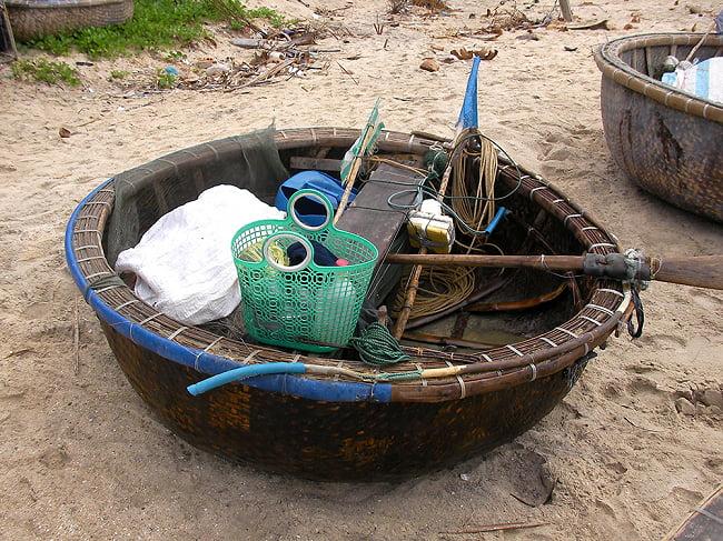 ニョクマム 500ml - フーコック島産 高品質 チンス ナムヌー ヌクマム - 瓶入り【Chin-Su】 7 - この様な丸い船で漁に出ていました