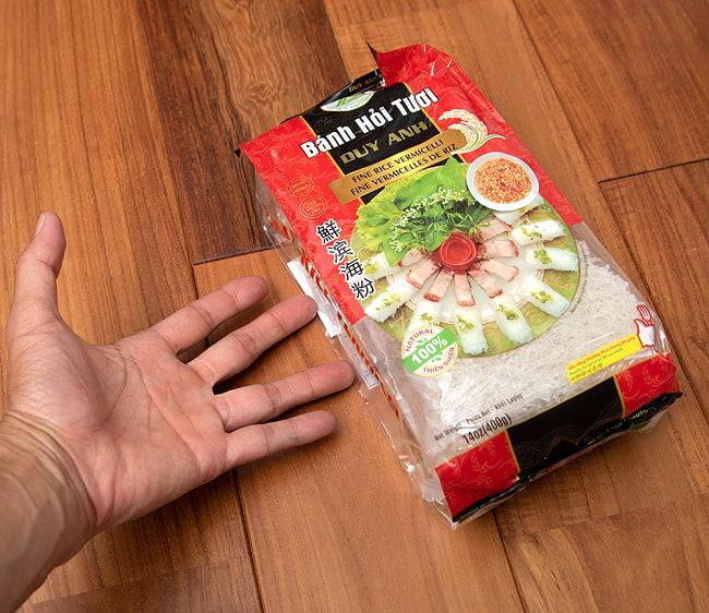 バンホイ Banh Hoi ベトナムビーフン/越南米粉 網型 400g 5 - サイズ比較のために手に持ってみました