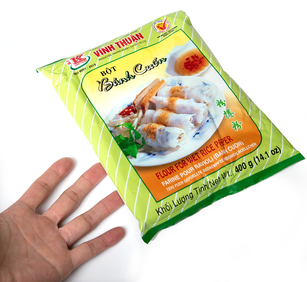 蒸し春巻きの粉 - バインクオン Banh Cuon 400g 4 - サイズ比較のために手に持ってみました