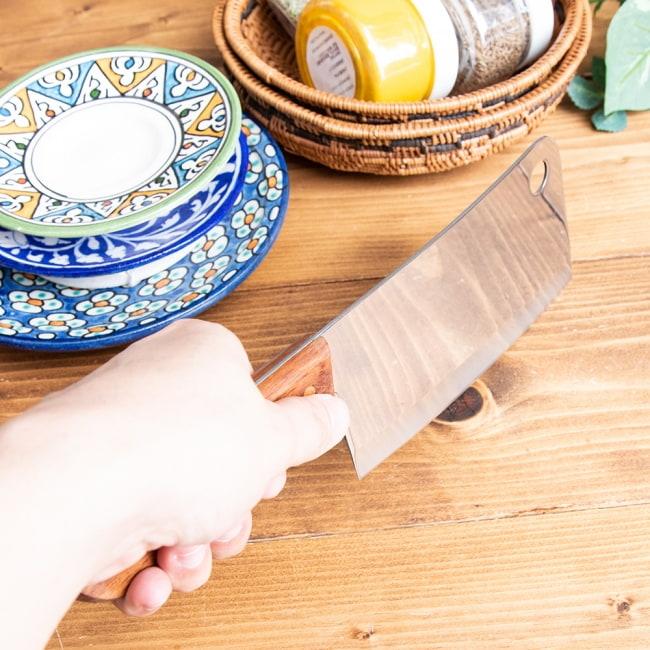 タイのチョッパーナイフ【KIWIブランド】 - Mサイズ 3 - 刃の重さを利用して振り下ろすようにしてスパッとカットします。