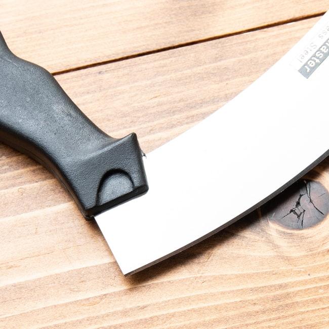 タイのピザカッターナイフ - メッツァルーナ 4 - 揺らして切るため刃は緩やかにカーブになっています。