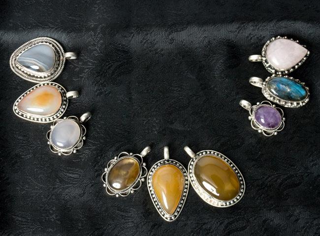 パワーストーンのペンダントトップ - 色別アソート 7 - 左から白系、黄色系、その他の選択の一例です。他の種類の石の場合もございます。