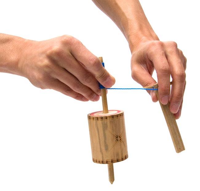 蟲笛みたいな音のする廻りゴマ-小 4 - 回すときはこの様にして持ちます