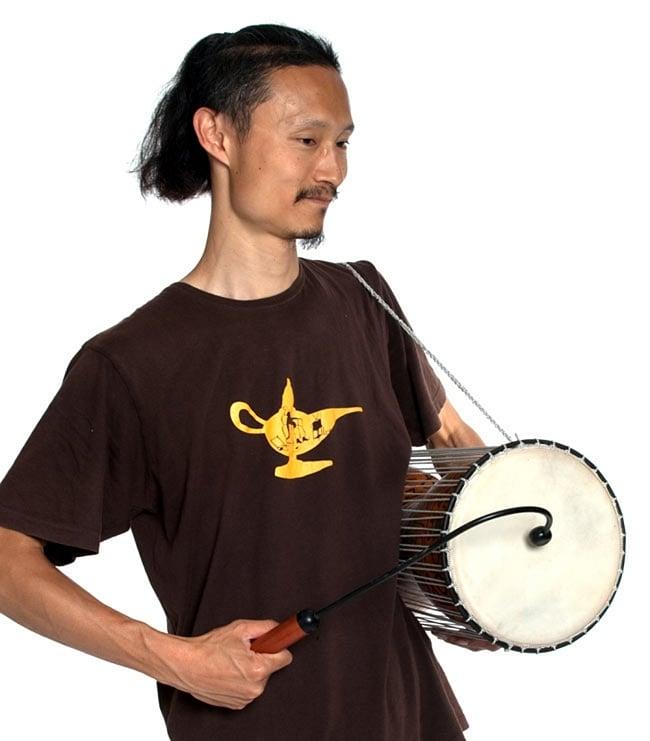 トーキングドラム 6 - インドパパが実際に持ってみました。大人がどっしりと演奏できる大きさです