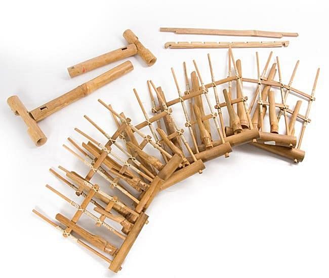 アンクルン(大) 9 - 柱を立てたら一本ずつ鍵をわたしていくと出来上がりです。