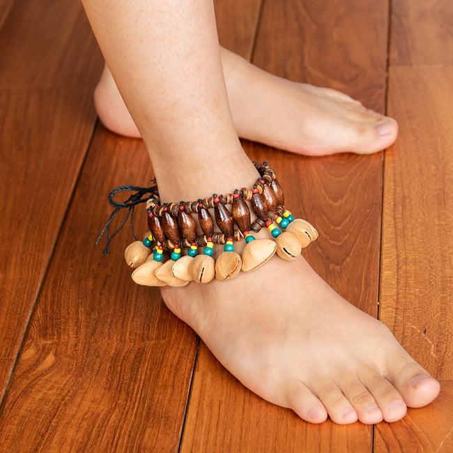 バリのガラガラ アンクレットシェイカー  6 - このように足に巻き付けて使用します