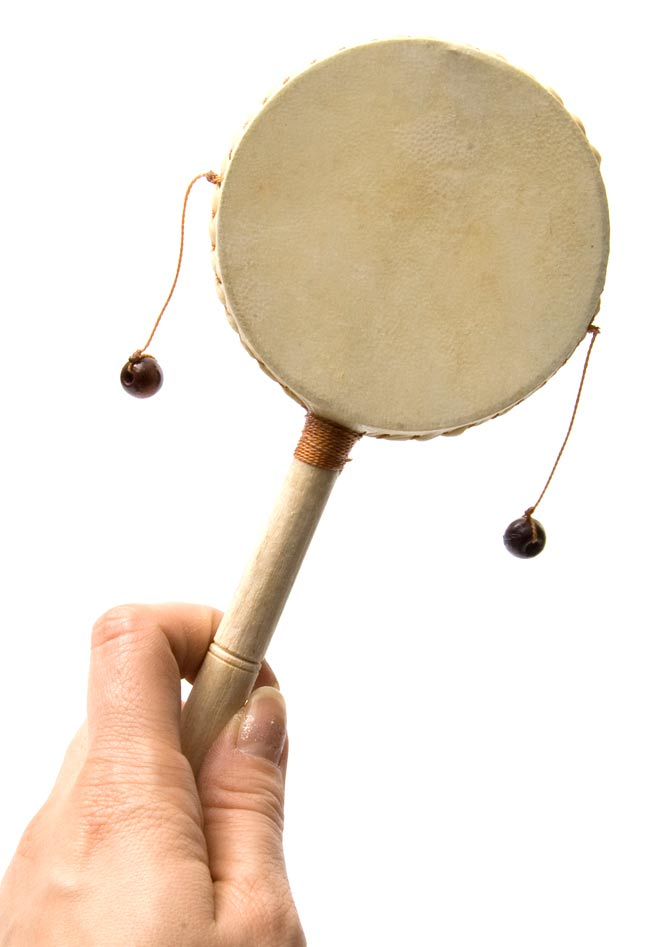 インドネシアのでんでん太鼓【中】 3 - 手で持ってみました。大きさが分かりますね。