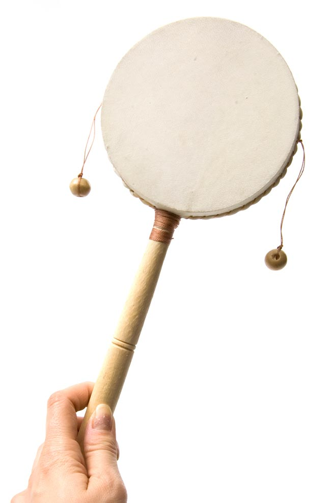 インドネシアのでんでん太鼓【大】 3 - 手で持ってみました。大きさが分かりますね。