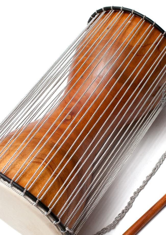 木製トーキングドラム[プレーン] 3 - 横にしたところです。丁寧に作られていますね。