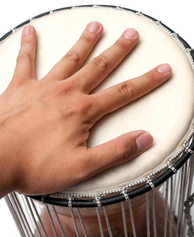 木製トーキングドラム[プレーン] 5 - サイズを感じて頂くため、手をのせてみたところです。