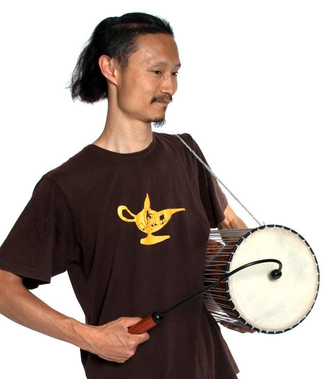 木製トーキングドラム[プレーン] 6 - インドパパが同ジャンル品を実際に持ってみました。大人がどっしりと演奏できる大きさです。*スティックは違うものをしようしています。