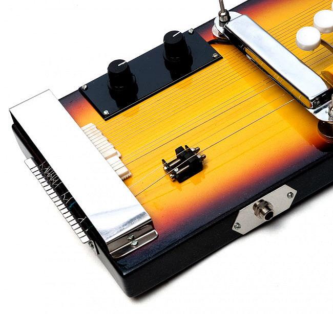 [共鳴弦つき]インドの電気大正琴-Shahi Baja 4 - 部分拡大2 - インド楽器ならではの共鳴弦とジャワリ(サワリ)が見えます