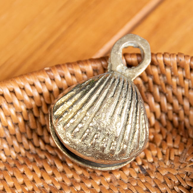 インドの鈴 貝殻グングル[約4.3cm×約3cm]の写真