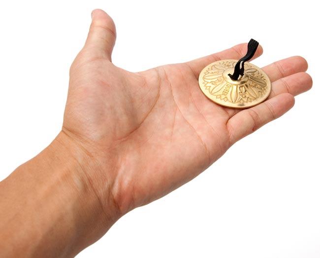 ジル - フィンガーシンバル(片手分) 2 - 手のひらに載せた写真です。サイズが分かりますね