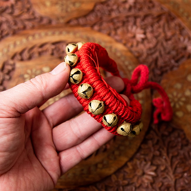 赤紐グングル 【両足用-2本セット】 4 - 手に取ると鈴の大きさはこれくらいになります。